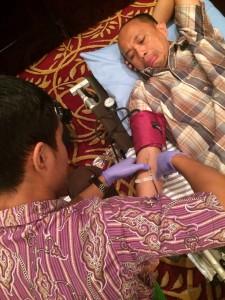 Salah satu kader tebaik PKS Fahmi Sasmita, sedang mendonorkan darah di acara Muswil PKS ke 4..