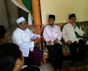 Kiri ke kanan: Pimpinan Ponpes NU Darul A'mal Metro K.H. Samsuddin Thohir, Calon Wali Kota Metro Abdul Hakim, Ketua Majelis Syuro PKS Salim Segaf AlJufri