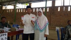 Keterangan Foto: Ketua Umum DPW PKS Lampung Mufti Salim saat menggunakan hak pilihnya di Pilkada Lampung, Rabu (9/12).