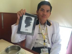 Ket Foto : Ade Utami Ibnu dengan goresan siluet karya anak kader PKS dalam rakornas
